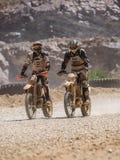 Motocicletta che guida in polvere immagine stock