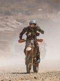 Motocicletta che guida in polvere immagini stock libere da diritti