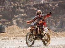 Motocicletta che guida in polvere fotografia stock