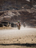 Motocicletta che guida in polvere fotografie stock