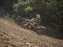 Motocicletta che guida in salita immagine stock libera da diritti