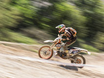 Motocicletta che guida in salita fotografia stock