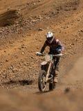 Motocicletta che guida in salita fotografia stock libera da diritti