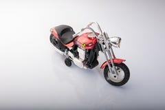 Motocicletta del giocattolo isolata su fondo bianco Immagine Stock