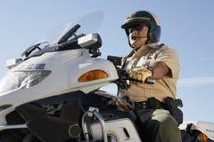 Motocicletta di guida dell'ufficio di polizia Fotografie Stock