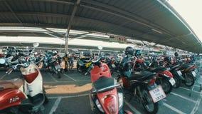 Motocicletta di guida sul parcheggio in Tailandia vicino al centro commerciale video d archivio