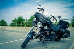 Motocicletta Harley Davidson sotto cielo blu Immagine Stock Libera da Diritti