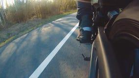 Motocicletta moderna del rimescolatore sulla guida del sentiero forestale divertiresi guidando la strada vuota video d archivio