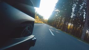 Motocicletta moderna del rimescolatore sulla guida del sentiero forestale divertiresi guidando la strada vuota archivi video