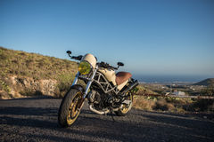 Motocicletta sotto il cielo Immagini Stock Libere da Diritti