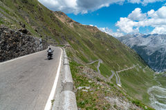 Motocicletta su Passo Stelvio Fotografia Stock