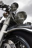 Motocicletta su un cielo della priorità bassa Immagine Stock