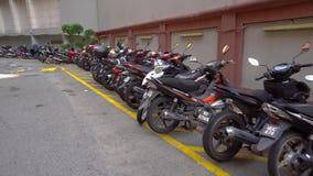 Motocicletta sul parcheggio in Malesia Lotto dei motorini, del motociclo e dei ciclomotori nel parcheggio 4K video d archivio