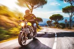 Motocicletta sulla guida della strada divertiresi guidando la strada vuota o fotografia stock libera da diritti