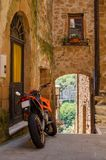 Motocicletta sulla vecchia via di Pitigliano, Italia Immagini Stock Libere da Diritti