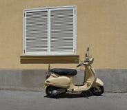 Motocicletta vicino alla finestra Immagine Stock