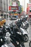 Motociclette che parcheggiano alla via Fotografia Stock
