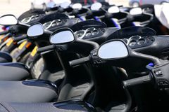 Motociclette del motorino in una riga con la prospettiva immagine stock libera da diritti
