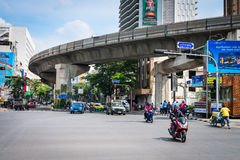 Motociclette ed automobili sulla via di Bangkok Immagini Stock