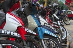 Motociclette parcheggiate in città asiatica Immagini Stock