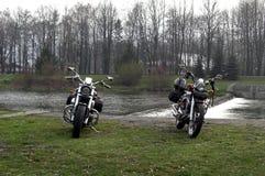 Motociclette sulla sponda del fiume fotografia stock