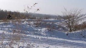 Motocicli, cavaliere dei motociclisti dei bambini sulla pista nevosa di motocross Cavaliere su neve Cavaliere sulla bici, inverno stock footage