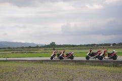 Motocicli che parcheggiano in una strada campestre in Hualien, Taiwan, Asia Fotografia Stock Libera da Diritti
