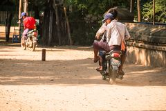 Motocicli di giro della gente del Myanmar nella zona archeologica del tempio antico Bagan, Myanmar, l'11 agosto 2018 fotografia stock libera da diritti