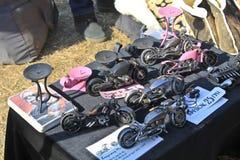 Motocicli di modello del metallo sulla vetrina fotografia stock
