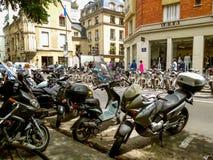 Motocicli e bici sulla via di Parigi immagini stock