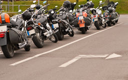 Motocicli e freccia Immagini Stock
