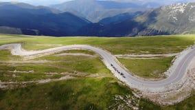 Motocicli sulla strada della montagna video d archivio