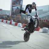 Motociclista acrobático em EICMA 2013 em Milão, Itália Fotos de Stock