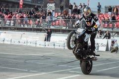 Motociclista acrobático em EICMA 2013 em Milão, Itália Foto de Stock