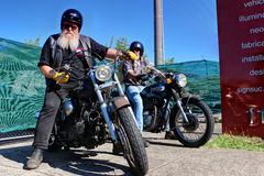 Motociclista anziano con la barba bianca fotografie stock