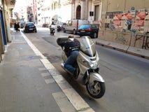 Motociclista ao descansar o encontro em seu velomotor foto de stock