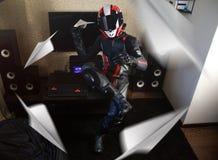 Motociclista bonito no avião completo da engrenagem e de papel dos lançamentos do capacete fotos de stock