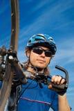 motociclista in casco con la bicicletta Immagini Stock Libere da Diritti