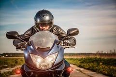Motociclista che corre sulla strada Fotografie Stock