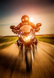 Motociclista che corre sulla strada Immagini Stock Libere da Diritti