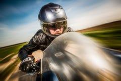 Motociclista che corre sulla strada Fotografia Stock Libera da Diritti