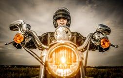 Motociclista che corre sulla strada Fotografie Stock Libere da Diritti
