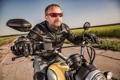 Motociclista che corre sulla strada Fotografia Stock
