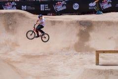 Motociclista che esegue un salto Fotografia Stock