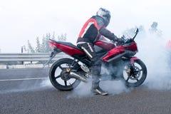 Motociclista che fa i burnout Immagini Stock Libere da Diritti