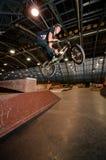Motociclista che fa trucco di goccia di rotazione della barra Fotografia Stock Libera da Diritti