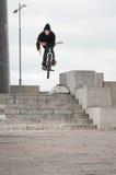 Motociclista che fa trucco di rotazione della barra Immagini Stock Libere da Diritti