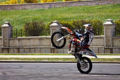 Motociclista che fa un'impennata Fotografia Stock Libera da Diritti