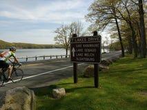 Motociclista che gode di un giro nel parco di stato di Harriman, New York, U.S.A. Immagine Stock Libera da Diritti