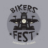 Motociclista che guida un motociclo Motociclisti evento o emblema di festival royalty illustrazione gratis